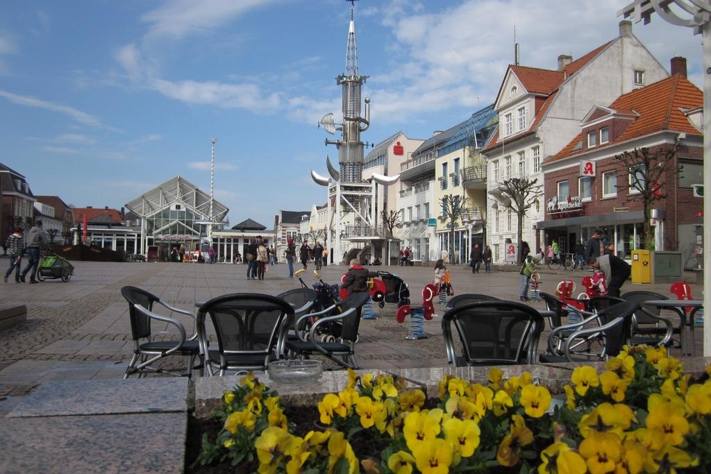 149_Marktplatz_in_Aurich_mit_Sous_Turm.1024