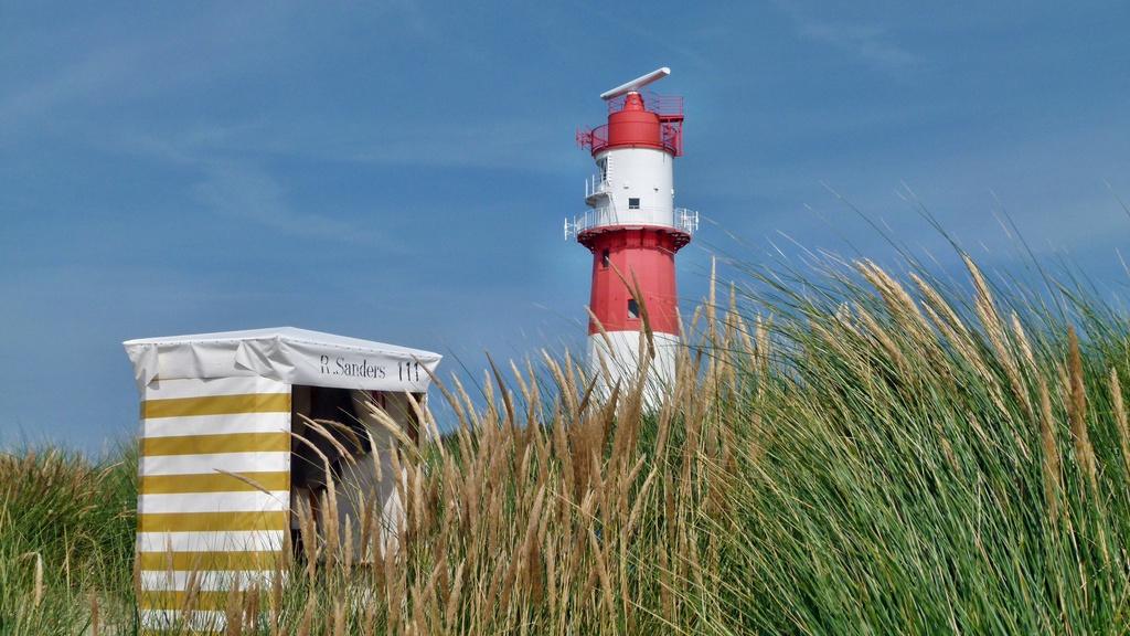 Leuchtturm und Strandkorb
