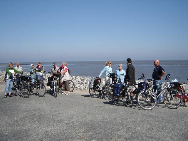 Radfahrer-Gruppe an der Nordsee